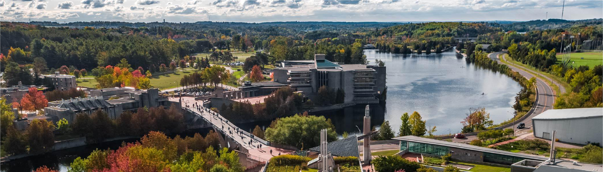 Aerial photograph of Trent University. Faryon bridge in foreground, Otonabee river in left third, and Bata 图书馆 Centre.